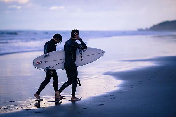 Apúntate a nuestras clases y te dejamos tabla de surf ¡gratis!
