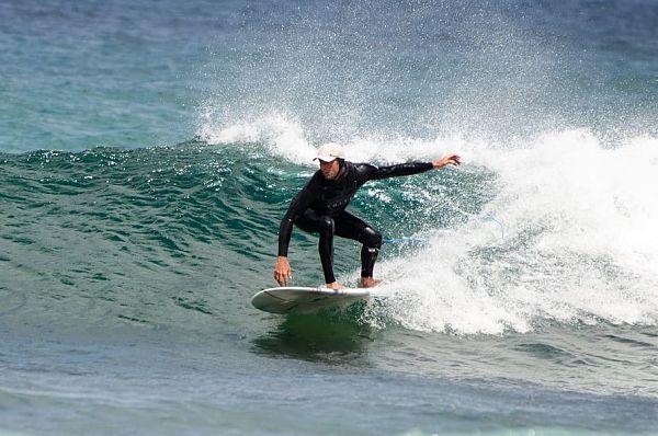 Cuál es la playa para hacer surf más cercana a As Catedrais